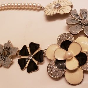 Jewelry - Flower pearl necklace